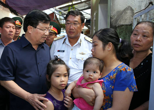 Phó thủ tướng Trịnh Đình Dũng thăm hỏi gia đình các chiến sĩ mất tích cùng máy bay CASA 212. Ảnh VnExpress