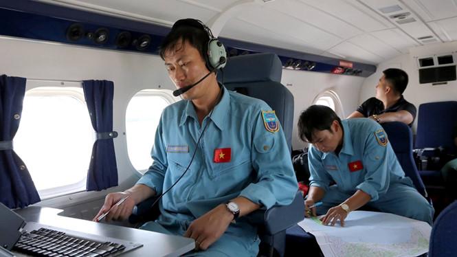 Các lực lượng chức năng vẫn đang tích cực tìm kiếm máy bay CASA 211 cùng 9 quân nhân mất tích. Ảnh Thanh Niên