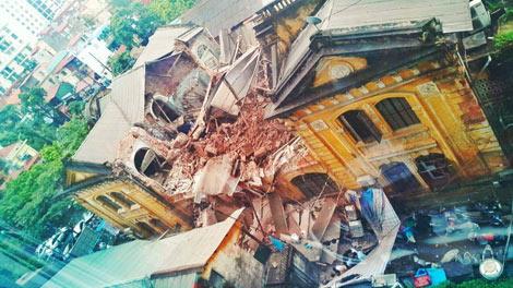 Căn biệt thự ở Hà Nội đổ sập làm 2 người chết và nhiều người bị thương