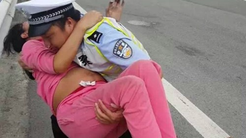 Trước đó, một cảnh sát Trung Quốc cũng được khen ngợi hết lời vì đỡ đẻ cho một thai phụ ngay trên xe công vụ