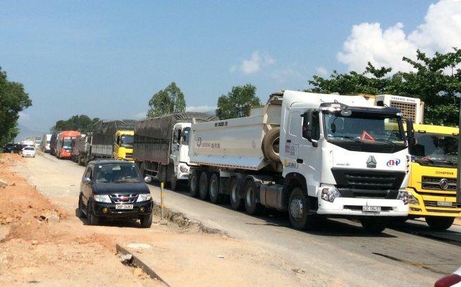 Cánh sát giao thông, lực lượng chức năng mất hơn 8 giờ mới xử lý xong tình trạng ùn tắc
