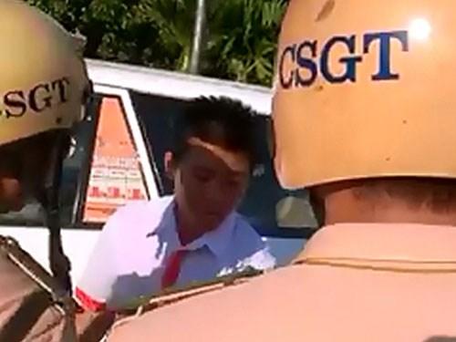 Clip CSGT giật điện thoại của tài xế taxi khi làm nhiệm vụ