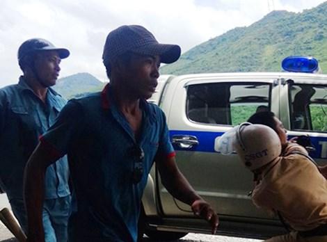 Nhóm côn đồ vẫn hung hãn lao vào truy sát tài xế xe tải bất chấp sự ngăn cản của các chiến sĩ cảnh sát giao thông