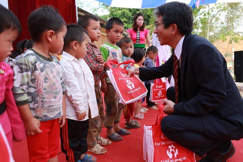 ông Katsuyoshi Soma – Tổng giám đốc Công ty TNHH Canon tặng quà cho các em học sinh