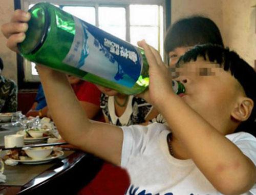 Cậu bé xấu số đã tử vong do bị ngộ độc rượu