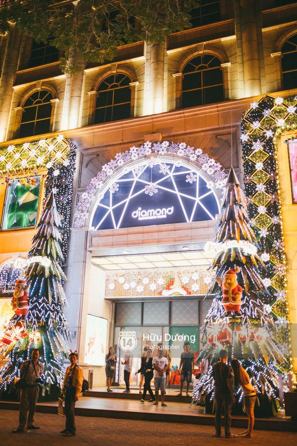 Điểm nhấn của Diamond Plaza chính là hai cây thông Noel được dựng ở hai bên cửa ra vào.
