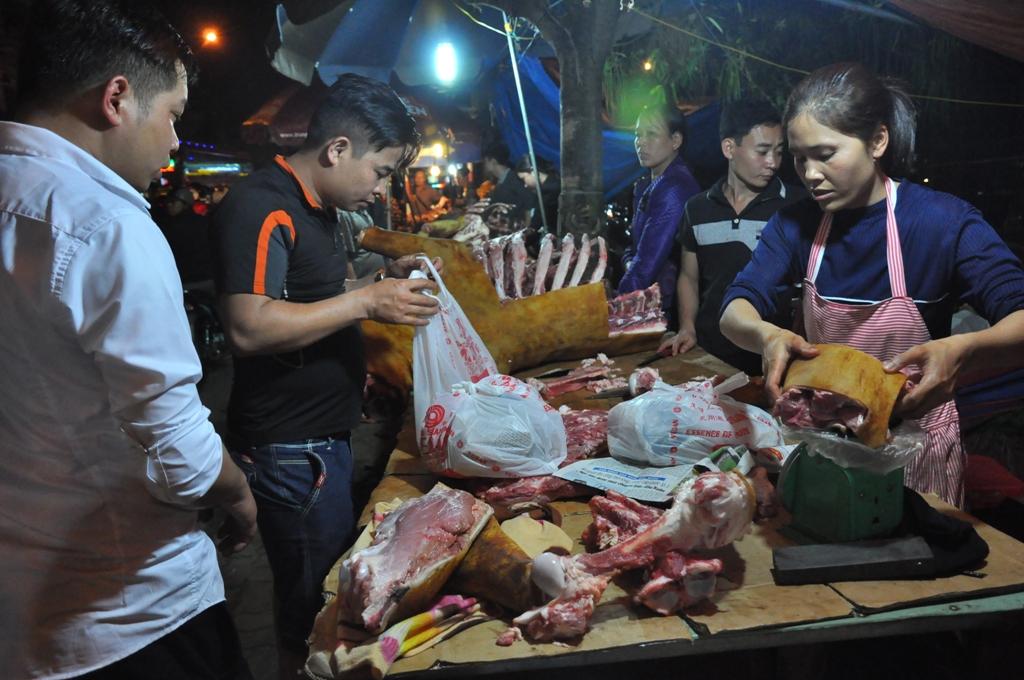 """Theo các bậc cao niên, trong những ngày Tết, mọi người đã ngán với các món loại món ăn chủ yếu được làm từ thịt lợn nên muốn đổi món ăn cho ngon miệng khi đi chợ xuân. Thời ấy, với cư dân nông nghiệp thì thịt bò thui ắt hẳn là """"hảo hạng"""". Lâu dần thành quen, sản phẩm thịt bò thui cũng là nét đặc trưng của chợ Viềng - Nam Định."""