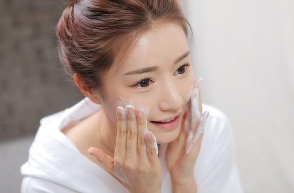 Hãy bắt đầu chăm sóc da mặt mùa đông bằng cách lựa chọn loại sữa rửa mặt phù hợp cho làn da
