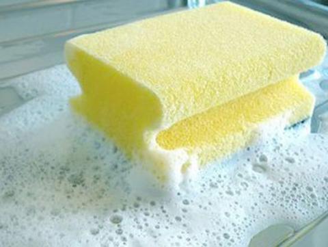 Hãy pha loãng nước rửa bát với nước sạch kết hợp với miếng rửa tạo bọt
