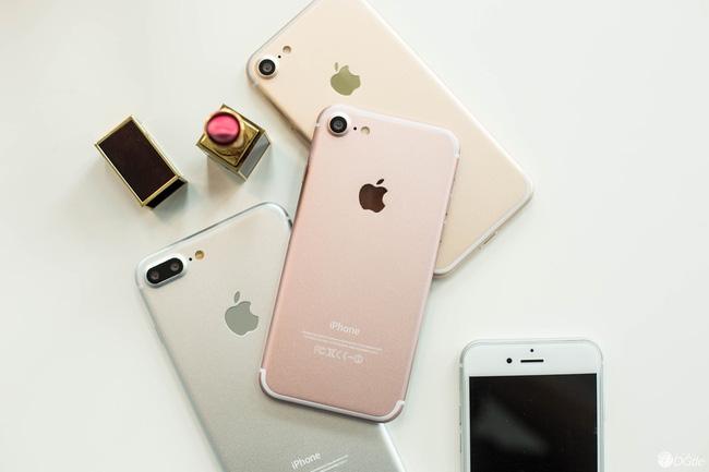 Thời điểm Apple giới thiệu chiếc smartphone thế hệ tiếp theo không còn xa và những ngày gần đây tin tức rò rỉ về siêu phẩm này cũng xuất hiện rất nhiều. Bên cạnh những hình ảnh bản mẫu thiết kế của iPhone thế hệ mới, hôm nay cộng đồng mạng lại tiếp tục xôn xao khi bảng thông số cấu hình cũng bị lộ ra, trong đó có một số điểm sẽ khiến nhiều người bất ngờ.