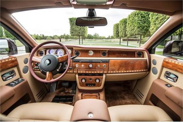 Mẫu Phantom đặc biệt này được thiết kế và chế tạo bởi bộ phận Rolls-Royce Bespoke tại nhà máy Rolls-Royce Goodwood, với 460 giờ sản xuất cơ bản của mẫu xe Phantom cộng thêm 260 giờ sản xuất dành do công tác thiết kế và chế tác các chi tiết Bespoke thủ công đặc biệt. Xe có ngoại thất màu đỏ Madeira đậm. Trong khi đó điểm nhấn bên trong là các họa tiết mang hình ảnh Ông Ba Mươi được thể hiện trên các chi tiết và tiện nghi nội thất riêng dành cho chủ nhân, tựa đầu lưng ghế, vịn nghỉ tay hàng ghế sau. Ảnh: Rolls-Royce