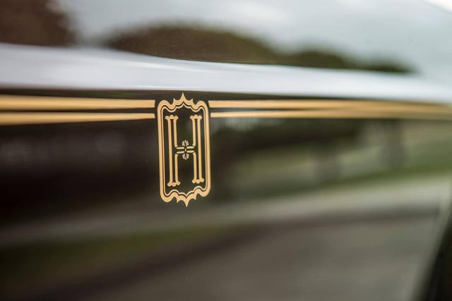 Theo VnExpress, xuất hiện khắp nội thất là logo cặp đôi chữ H lồng vào nhau, một biểu tượng của chủ xe và vợ. Ảnh: Rolls-Royce