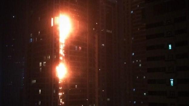 Hàng ngàn người phải sơ tán sau vụ cháy chung cư ở tòa nhà Torch