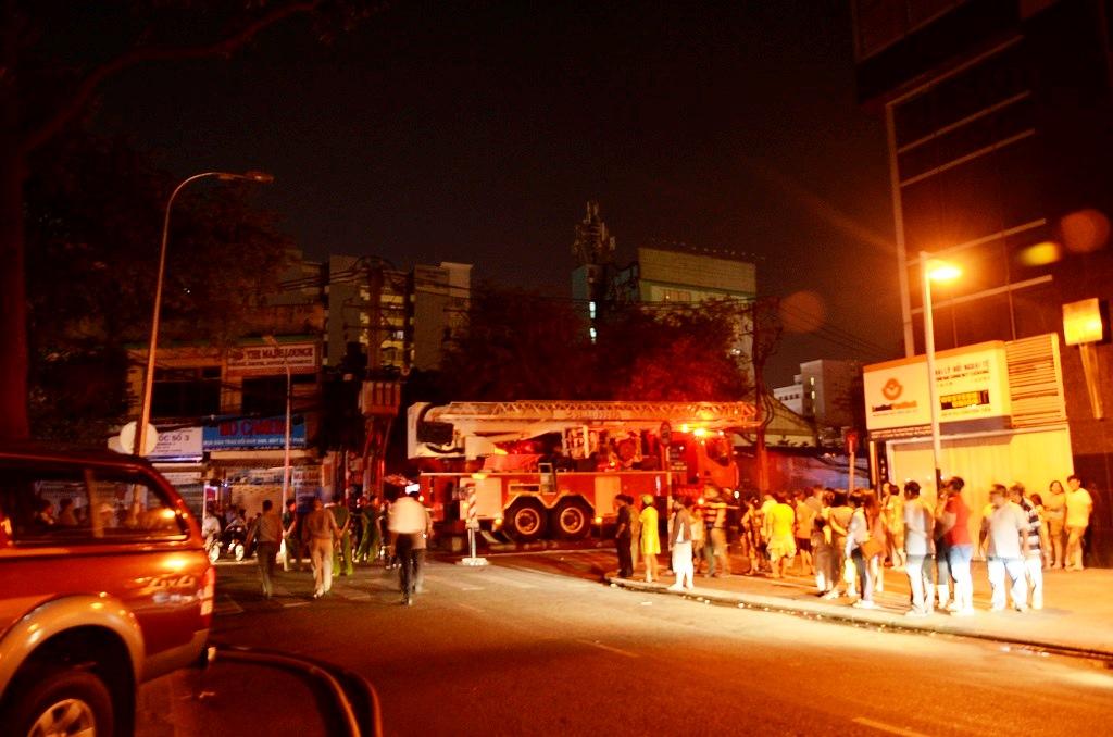 Hiện trường vụ cháy chung cư tại Tp.HCM đêm ngày 23/4
