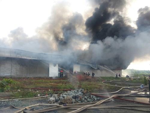Lực lượng cứu hỏa đang nỗ lực chữa cháy tại kho vải vụn