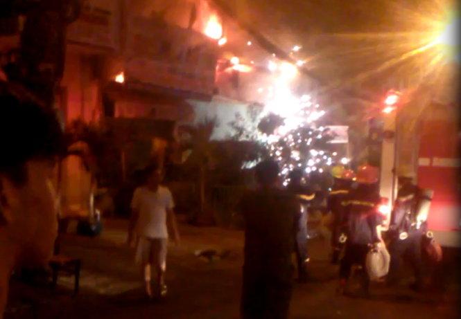 Tại hiện trường vụ cháy lớn, người dân hoảng hốt khi nghe thấy nhiều tiếng nổ kèm tia sáng phụt lên pháo hoa
