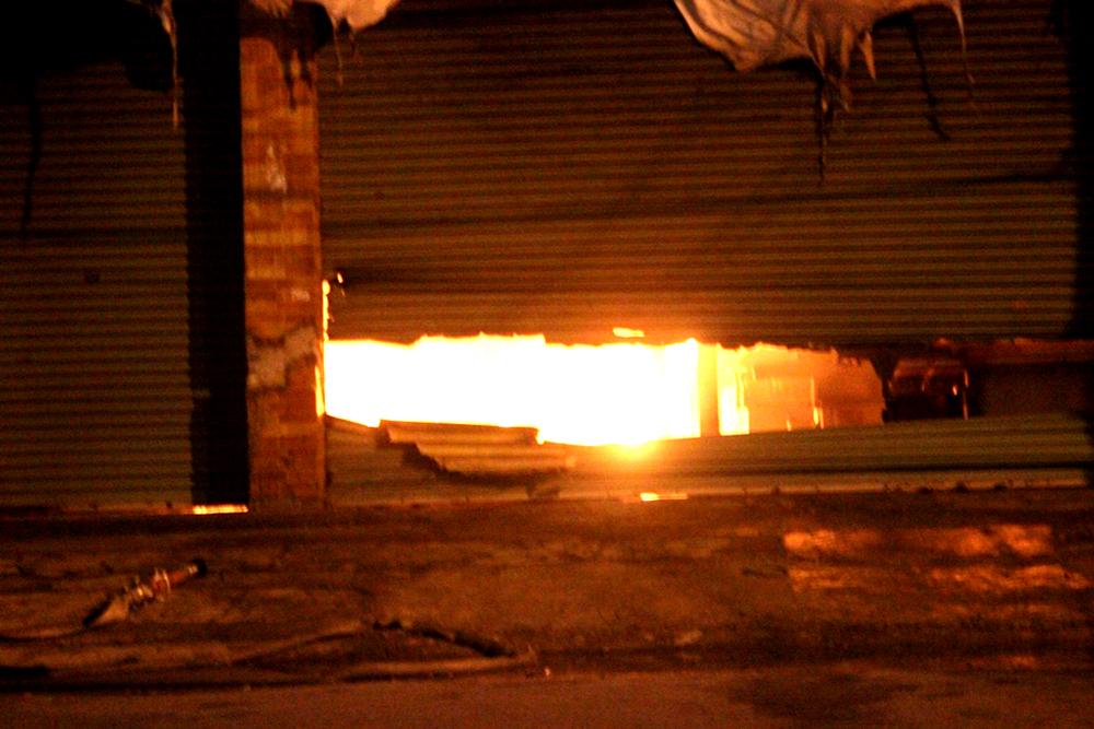 Lực lượng cứu hỏa phải phá cửa mới tiếp cận được hiện trường vụ cháy lớn ở xưởng gỗ tại Bình Dương