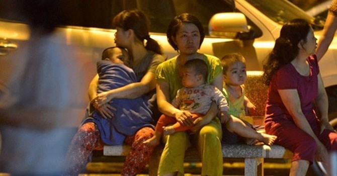 Người dân toà nhà chung cư Nơ 1B bán đảo Linh Đàm đã bị một phen hốt hoảng khi thấy khói lan nhanh từ tầng 1 của toà nhà