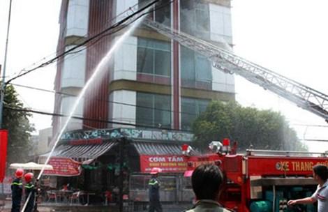 Lực lượng cứu hỏa nỗ lực dập lửa tại tòa nhà Coffe Napoli trong vụ cháy ở Bình Dương