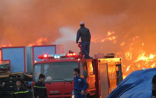 Hàng ngàn mét vuông nhà xưởng chìm trong biển lửa vì vụ cháy lớn ở Hải Dương