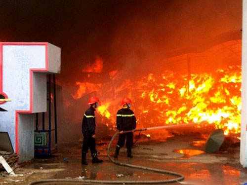 Hiện vẫn chưa xác định được chính xác thiệt hại về người và của trong vụ cháy lớn ở Hải Dương