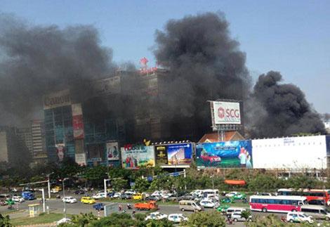 Cột khói bốc cao đen kịt một góc trời khiến nhiều người tưởng có cháy lớn gần sân bay Tân Sơn Nhất