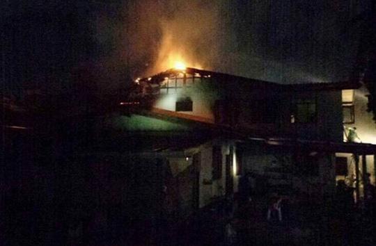 Đám cháy lớn được nhìn thấy trên nóc nhà ký túc xá