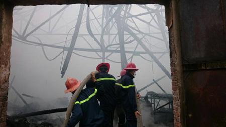 Theo một người chứng kiến, không lâu sau khi xưởng mộc phát hỏa, những cột khói bốc lên cao đến 50 – 60m