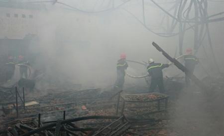 Lực lượng cứu hỏa cùng 5 xe cứu hỏa đã được điều động đến dập lửa