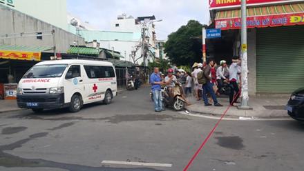 Xe cứu thương túc trực bên ngoài hiện trường vụ cháy nhà khiến 4 người tử vong