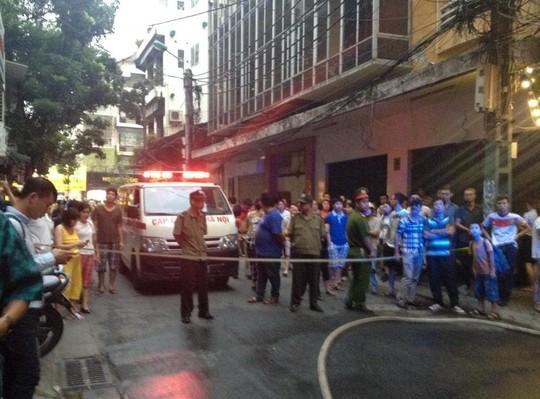 Lực lượng chức năng phong tỏa hiện trường để phục vụ công tác chữa cháy, cứu hộ