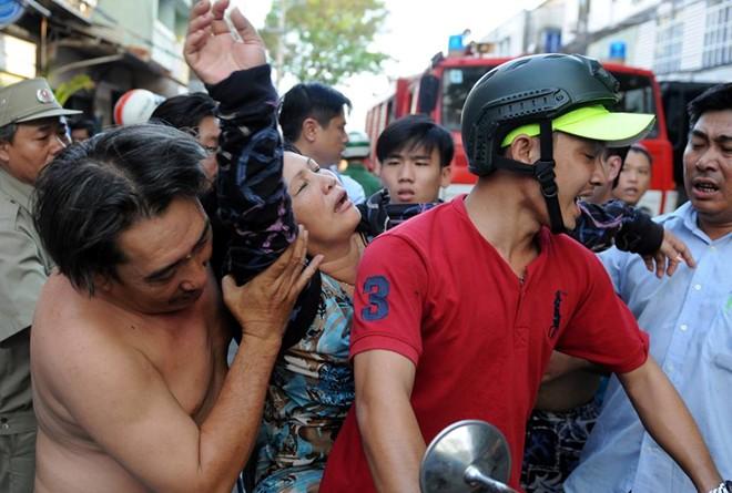 Người dân khóc ngất vì nhà bị cháy đột ngột