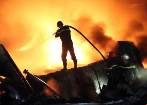 Biển lửa với cột khói bốc cao hàng chục mét