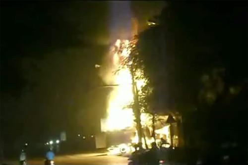 Cột lửa bốc cao hàng chục mét trong đêm xảy ra vụ cháy xe chở xăng ở Hải Phòng