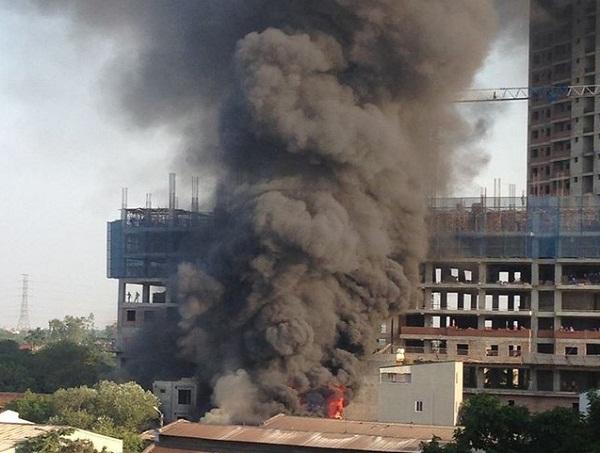 Ngọn lửa dữ dội thiêu rụi xưởng gỗ