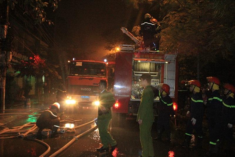 Sau 2 giờ, đám cháy tại số nhà 29 và 31 Nguyễn Khang vẫn chưa được xử lý xong
