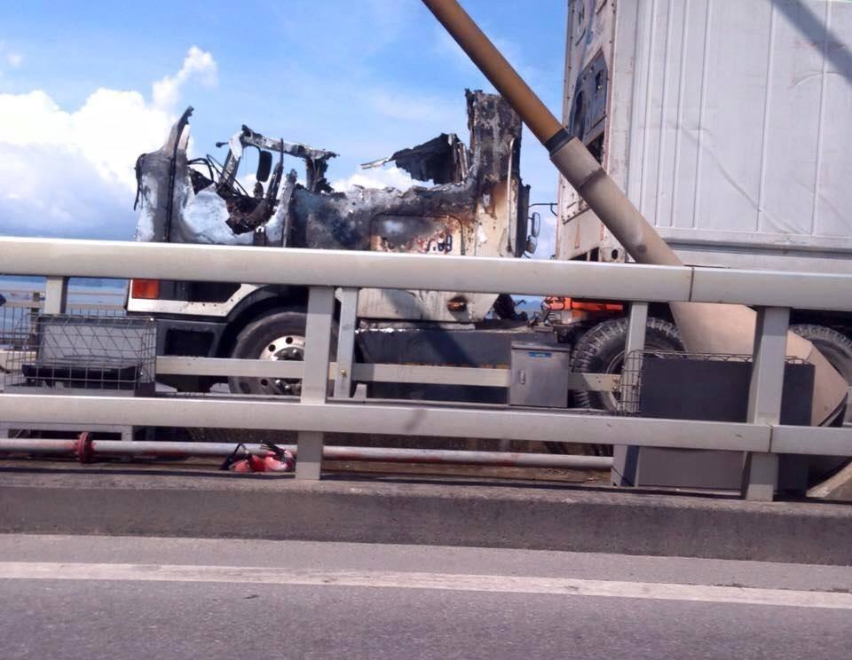 Xe container bốc cháy trên cầu Bãi Cháy.