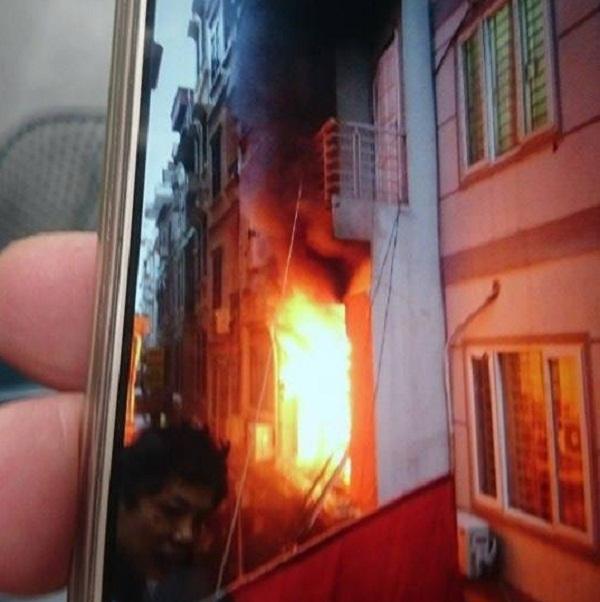 Ngôi nhà 5 tầng ở đường Huỳnh Thúc Kháng bị thiêu rụi hoàn toàn