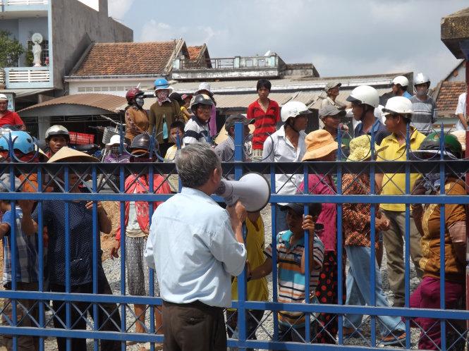 Rất đông người dân đã kéo đến UBND xã Hòa Xuân Đông sau khi hay tin về cái chết bất thường của ông Ch.