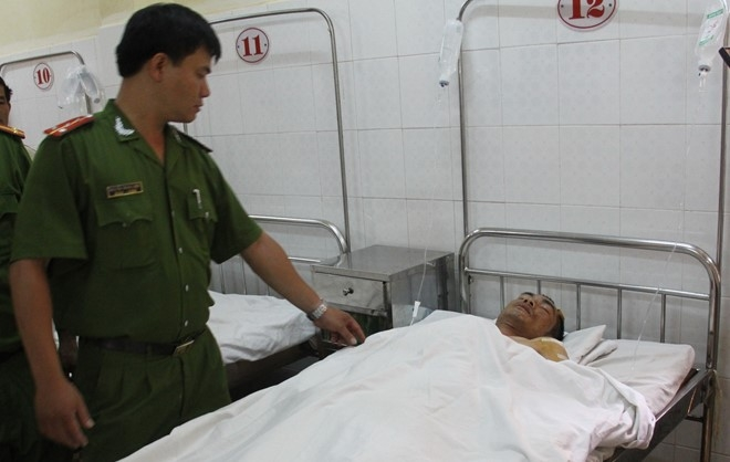 Chiến sĩ công an bị đâm trọng thương khi làm nhiệm vụ đang được điều trị tại bệnh viện