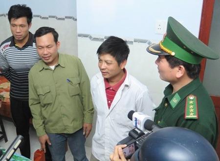 Diễn biến vụ chìm tàu mới nhất ở Quảng Bình diễn ra rất nhanh, thuyền viên may mắn cứu thoát nhờ pháo sáng và phao cứu sinh