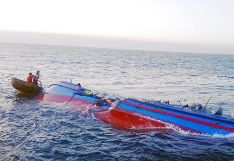 Đang đánh bắt cá trên biển, tàu cá lớn nhất Đà Nẵng bất ngờ bị chìm khiến 2 ngư dân mất tích.