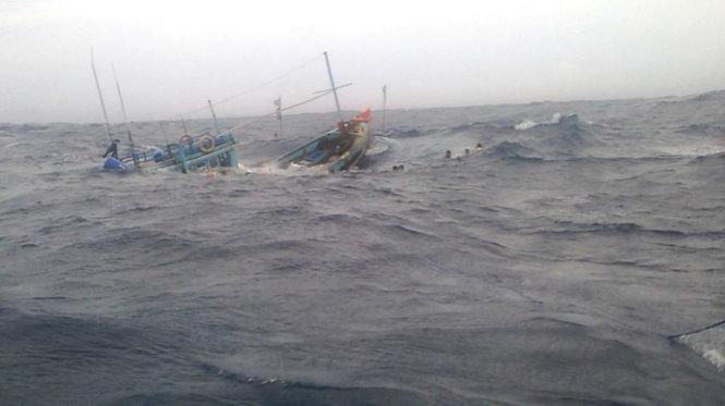 Chìm tàu cá ở Bình Định, 8 người may mắn thoát chết