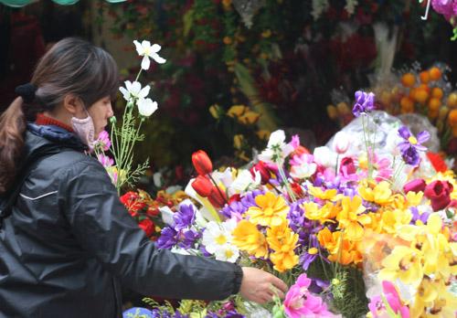 Các mặt hàng hoa giả cũng được bày bán tại các khu chợ hoa