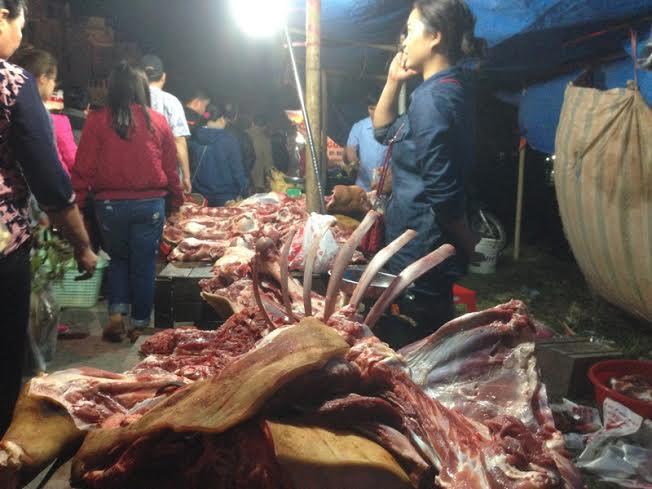 Những hàng quán bán thịt bò mọc như nấm dọc các trục đường chính đổ về Chợ Viềng - Phủ Giầy