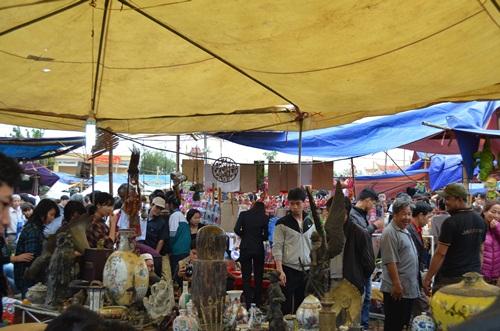 Các mặt hàng được bày bán ở chợ Viềng rất đa dạng, phong phú