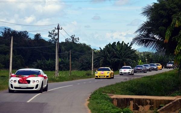 Tham gia đoàn rước dâu này có một chiếc Bentley  Continental GT do chú rể cầm lái, đi sát phía sau là chiếc Porsche 911 màu vàng, Porsche Cayman màu trắng, SL 55 AMG độ màu xám...