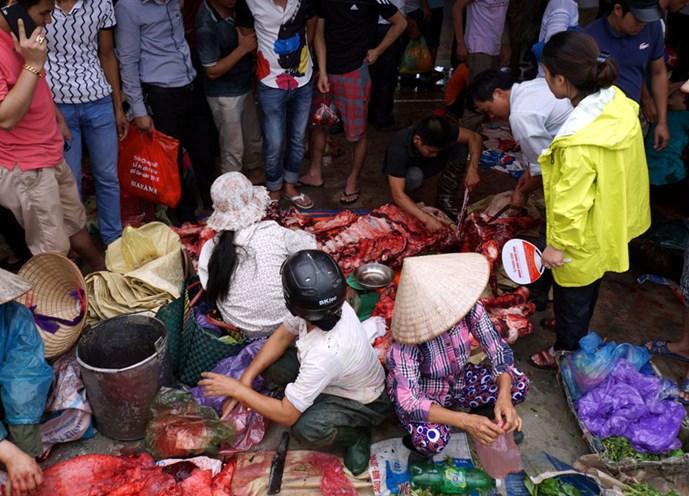 Khung cảnh mua bán thịt trâu chọi tấp nập tại Lễ hội chọi trâu Đồ Sơn năm nay