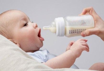 Chọn bình sữa cho trẻ đúng cách là điều vô cùng cần thiết bảo vệ con yêu