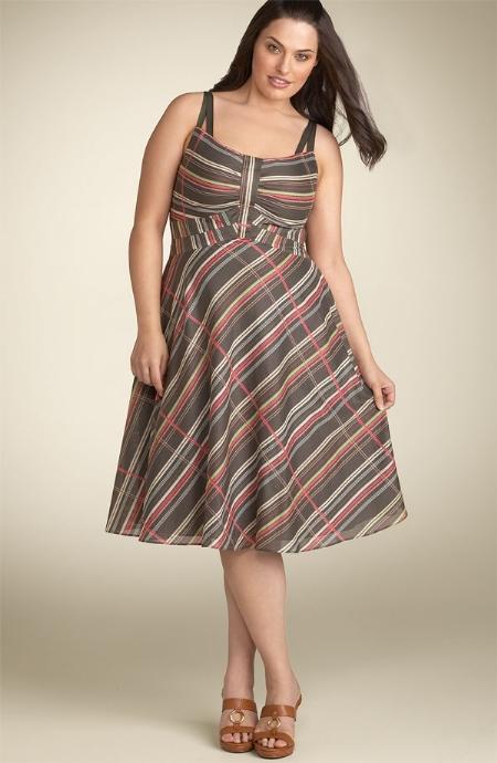 Một bộ váy dài kẻ sọc là lựa chọn hoàn hảo cho người có vóc dáng hơi mập
